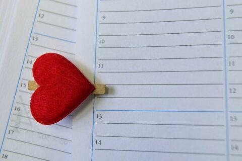 赤いハートのクリップを挟んで印をつけたカレンダー