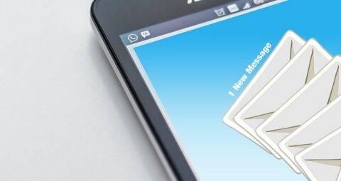 メールの受信を知らせるスマートフォンの画面