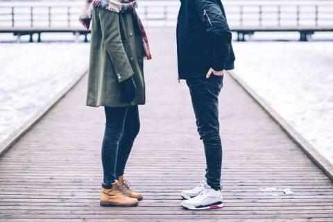 桟橋で向かい合うカップル