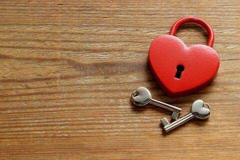 ハートの形をした赤い鍵