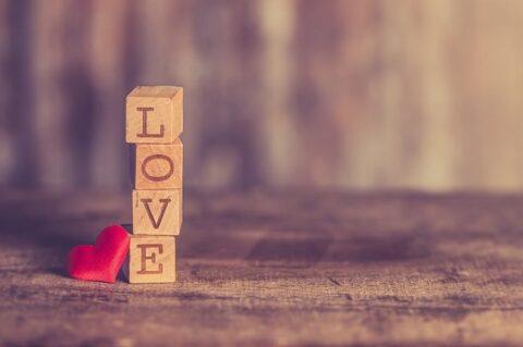 「LOVE」と刻印された積み木