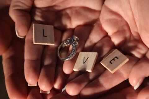 手のひらに置いた指輪