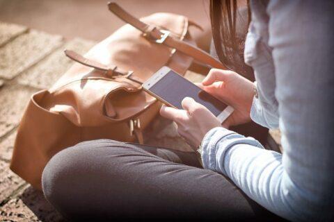 スマートフォンの画面を見ている女性