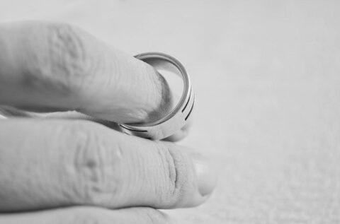 人差し指に通した指輪