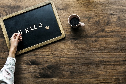 「HELLO」と書かれたブラックボード
