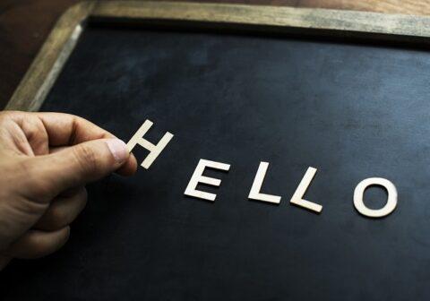 ブラックボードに並べた「HELLO」の文字