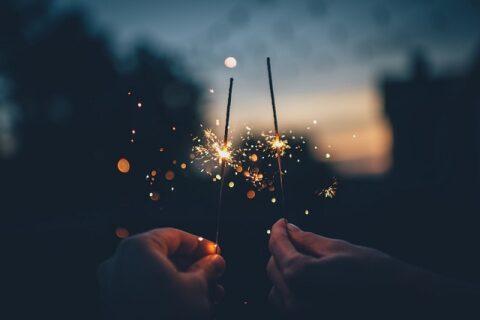 線香花火をするカップル