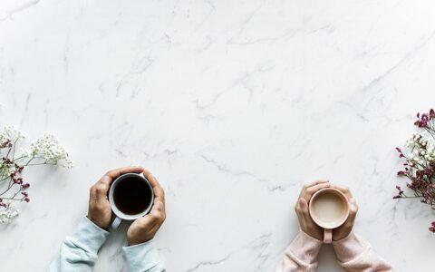 テーブルに置いたコーヒー