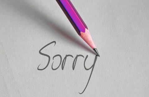 鉛筆で書いた「Sorry」の文字