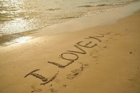 砂浜に書いた「I LOVE YOU」の文字
