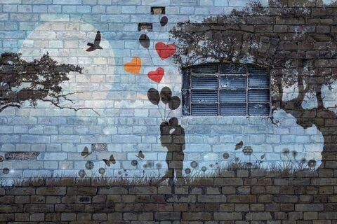 キスをするカップルの壁画