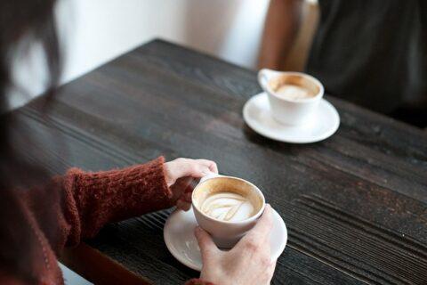 コーヒーを飲んでいるカップル