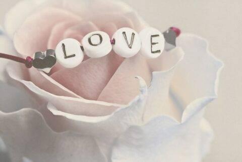 「LOVE」の文字のブレスレット