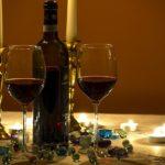 赤ワインが入った2つのワイングラス