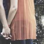 手を繋いだカップル