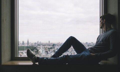 窓辺に座っている男性