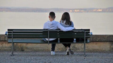 ベンチに座る男女